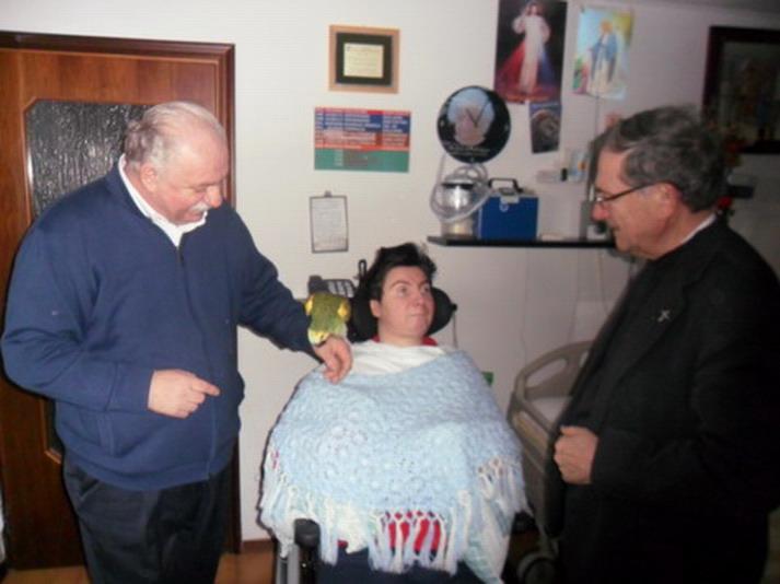 23 febbraio 2012 a Galliera, Bologna. Monsignor Facchini, Giampaolo, il pappagallo e Barbara.