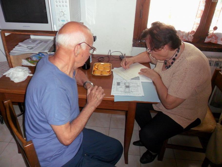 14 giugno 2012 - Sarzana abitazione di Romano e Cristina Magrini - Franca Farinatti e Romano Magrini mentre stilano il protocollo che seguirà Cristina a Bologna a Villa Pallavicini.