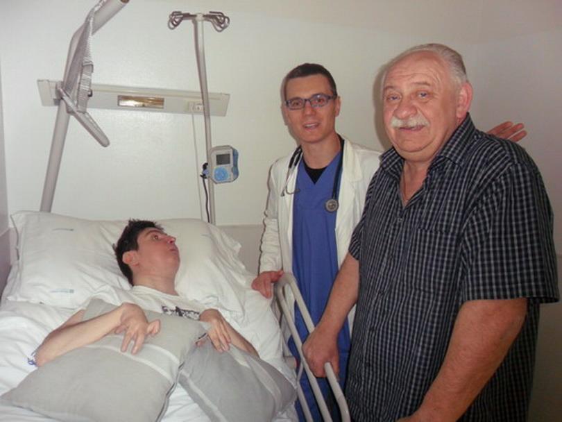 23 maggio 2012 Bologna, Barbara Ferrari ospitata alla clinica Santa Viola a seguito del pericolo terremoto. Nella foto è con il papà Giampaolo e uno dei medici del reparto dott Erik Bertoletti .Vi resterà fino a quando la situazione sismica terminerà.