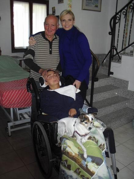 """In casa a Sarzana, La Spezia, 14 ottobre 2010: Cristina, Romano Magrini, Pirulin e Lorella Cuccarini il 14 ottobre 2010, durante le riprese per la trasmissione di """"domenica in""""."""