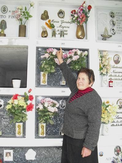 Cimitero di Pietracolora, Gaggio Montano, Bologna, 12 marzo 2010: la tomba della mamma di Cristina, Maria Franca Gandolfi indicata dall'amica Vittoria Fini.