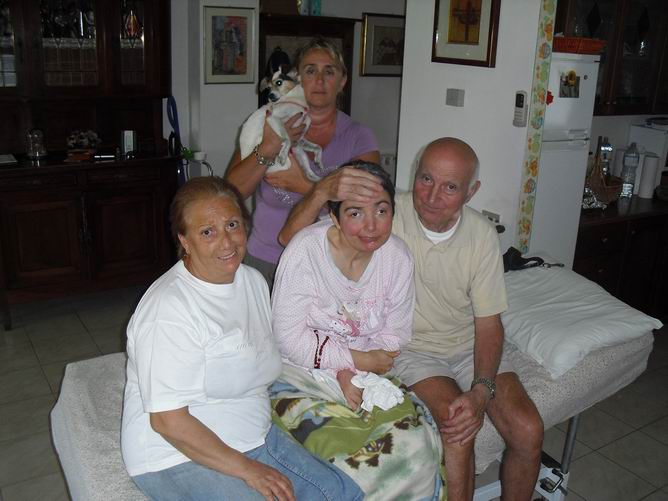 In casa a Sarzana, La Spezia, 12 dicembre 2009: Rosaria Paduano, Nicoletta Borrini, operatrice sociosanitaria del Comune di Sarzana, Cristina, Romano Magrini e Pirulin, il cane.