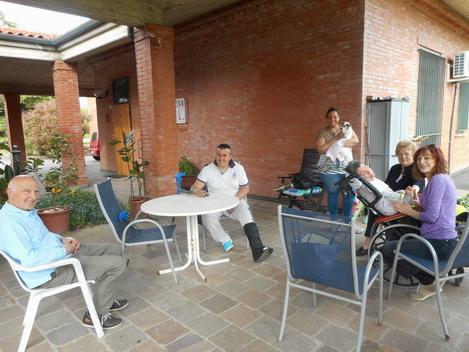 19 aprile 2015 foto che evidenzia un momento sereno di Romano e Cristina con i vicini di casa a villa Pallavicini