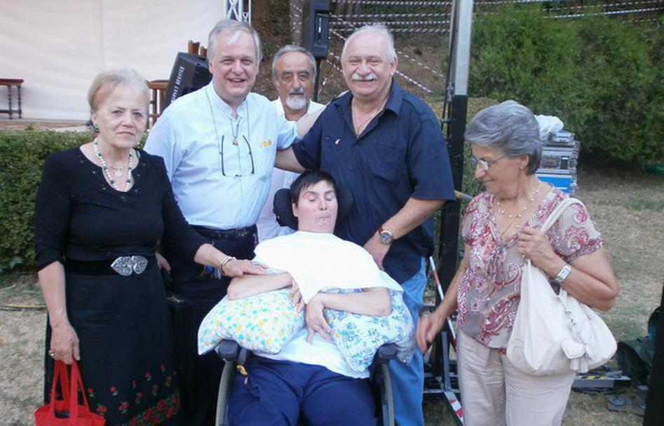 15 agosto 2012 Bologna Villa Revedin. Barbara e Giampaolo Ferrari, Mons. Antonio Goriup circondati da amici