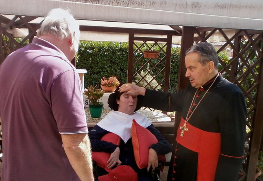 21 settembre 2012 Il Cardinale Carlo Caffarra visita Barbara Ferrari. In giardino.