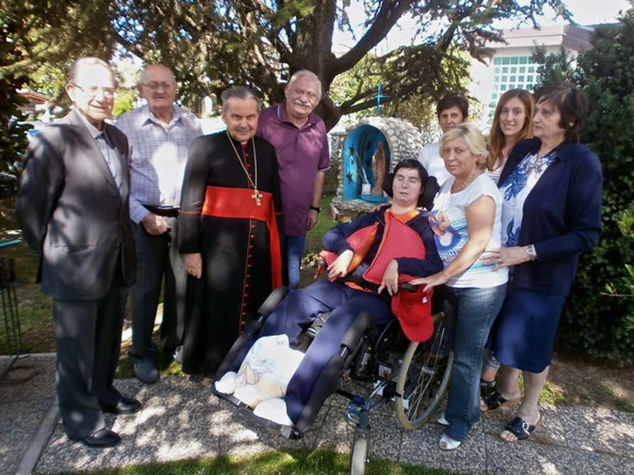 21 settembre 2012 Il Cardinale Carlo Caffarra in visita a Barbara Ferrari in giardino con i famigliari e gli amici.