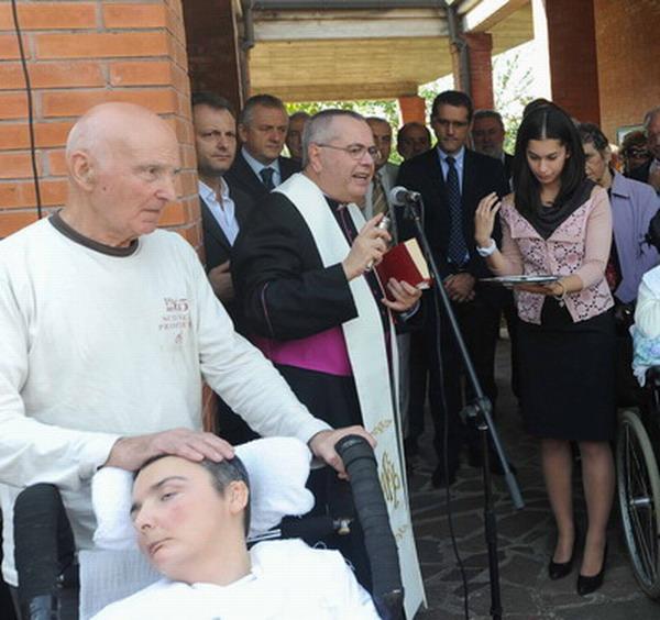 4 ottobre 2012 - consegna ufficiale di Casa Cristina. la partecipazione di Monsignor Antonio Allori,Presidente della Fondazione Gesù Divino Operaio