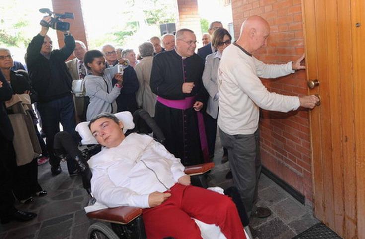 4 ottobre 2012-consegna ufficiale di Casa Cristina. Dopo la consegna ufficiale delle chiavi della casa ecco Romano Marini che apre la porta d'ingresso alla casa.