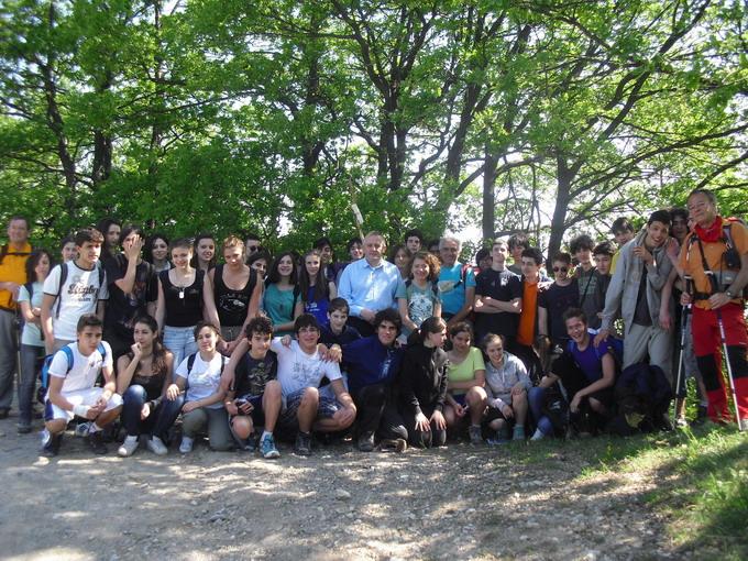 19 maggio 2011. Un gruppo di studenti dell'Istituto Copernico, accompagnati da guide del Cai, attraversano il terreno vicino alle Croci, come è consuetudine per molti giovani in diversi periodi dell'anno