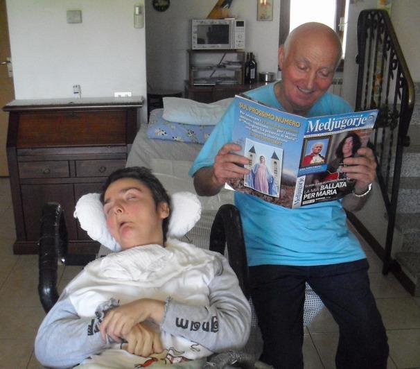 26 maggio 2011 Romano Magrini, sereno, mentre legge la rivista 'La presenza di Maria-Medjugorje' e medita sul pellegrinaggio da affrontare.