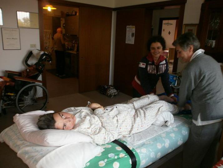 16 novembre 2012 - Vanessa una operatrice socio sanitaria mentre lavora su Cristina seguendo indicazioni di fisioterapista dell Ausl Alessandra Pasqui