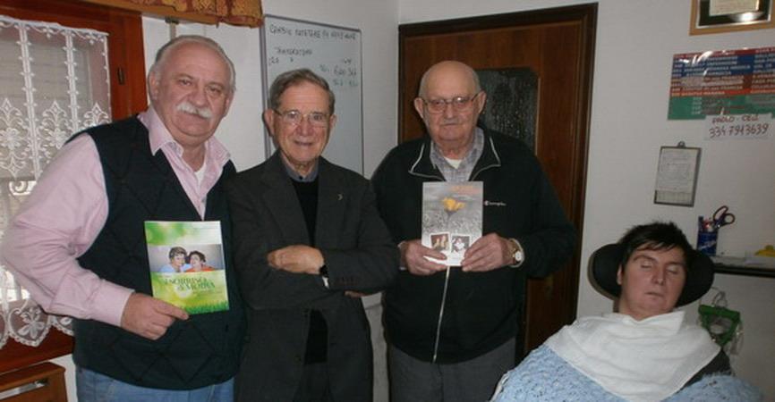 17 novembre 2012 - Mons. Fiorenzo Facchini consegna la prima copia del libro a Giampaolo Ferrari padre di Barbara