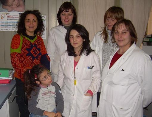 Giugno 2011. Emanuela Defranceschi, Elena, la dott.ssa Elisabetta Ciani e lo staff di ricerca dell'Università di Bologna che si prodiga per aiutare Elena.