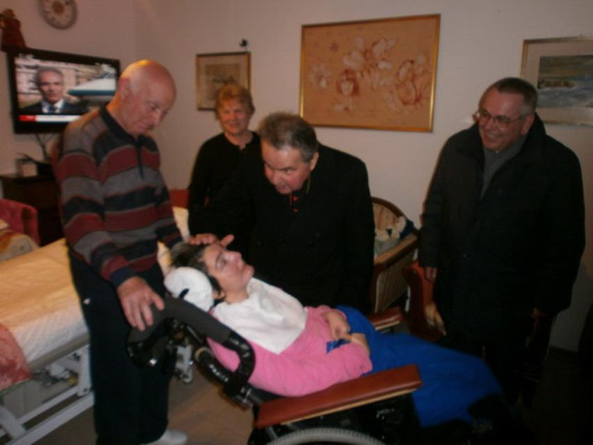 5 gennaio 2013, carezza dell'arcivescovo di Bologna Carlo Caffarra a Cristina in occasione del suo 47 compleanno.