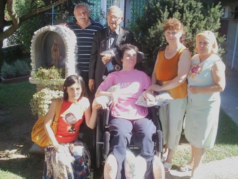 22 settembre 2011. Barbara in giardino a fianco della Madonnina con il babbo Giampaolo e Monsignor Facchini. Oltre a due amiche di Barbara, sulla destra, la Signora Arianna Vallese.