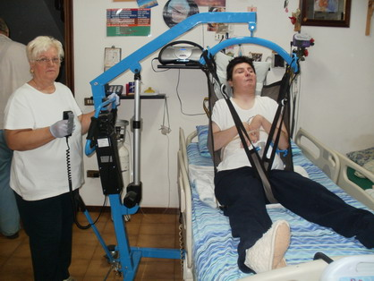 10 settembre 2011. Barbara Ferrari a casa mentre viene alzata dal letto con il sollevatore