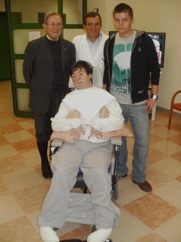 26 novembre 2011- Clinica Don Orione di Bergamo -il direttore del reparto stati vegetativi il dottor Giovanni Battista Guizzetti; monsignor Fiorenzo Facchini; Barbara Ferrari e un giovane volontario del reparto.