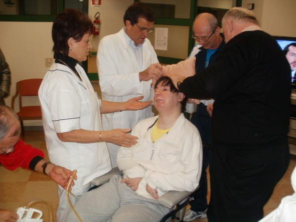 26 novembre 2011 BERGAMO Clinica Don Orione, il dott Giovanni Battista Guizzetti, direttore reparto stati vegetativi con Barbara Ferrari e il papà Giampaolo mentre si preparano al test con il software Elu1.