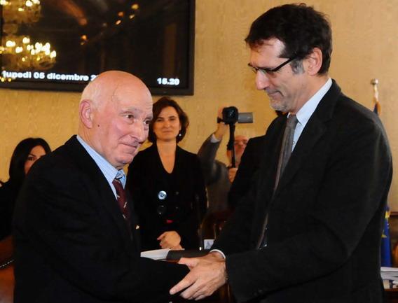 5 dicembre 2011 consiglio comunale di Bologna:la cittadinanza onoraria a Cristina Magrini. - Il sindaco Virginio Merola con Romano Magrini; papà di Cristina.