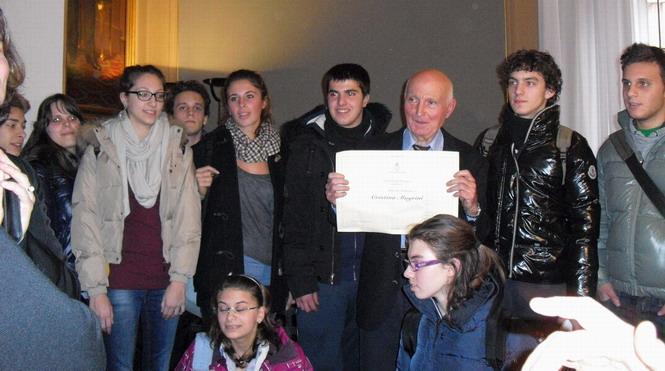 20111205 Cittadinanza a Cristina Magrini. Papà Romano con un gruppo di giovani che hanno partecipato all'evento.