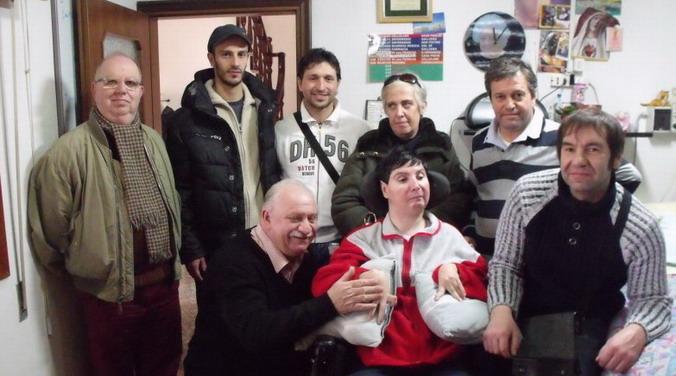 8 dicembre 2011 Sono arrivati da Genova gli amici 'Allevatori per passione' dell' 'AviFauna' che hanno consegnato un esemplare di un' Amazzone fronte blu a Barbara