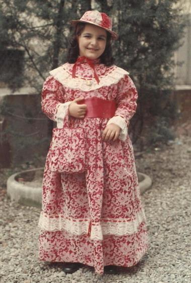 1974 Cristina a otto anni vestita da grande signora per il carnevale