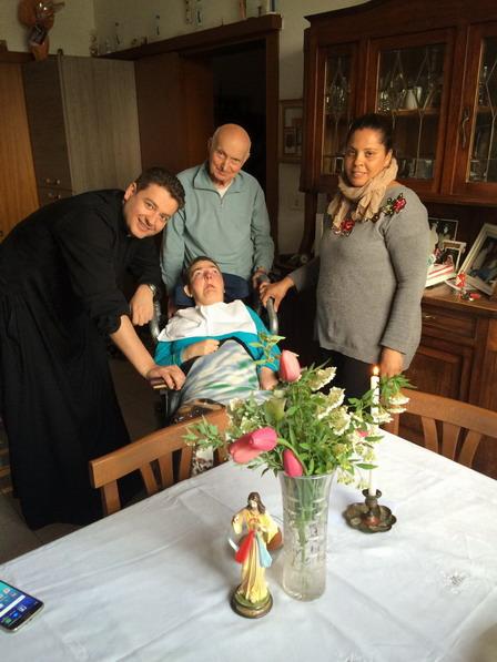 12 aprile 2017 - Don Massimo Vacchetti, nuovo responsabile della pastorale dello sport, incontra Cristina in occasione della Benedizione Pasquale.