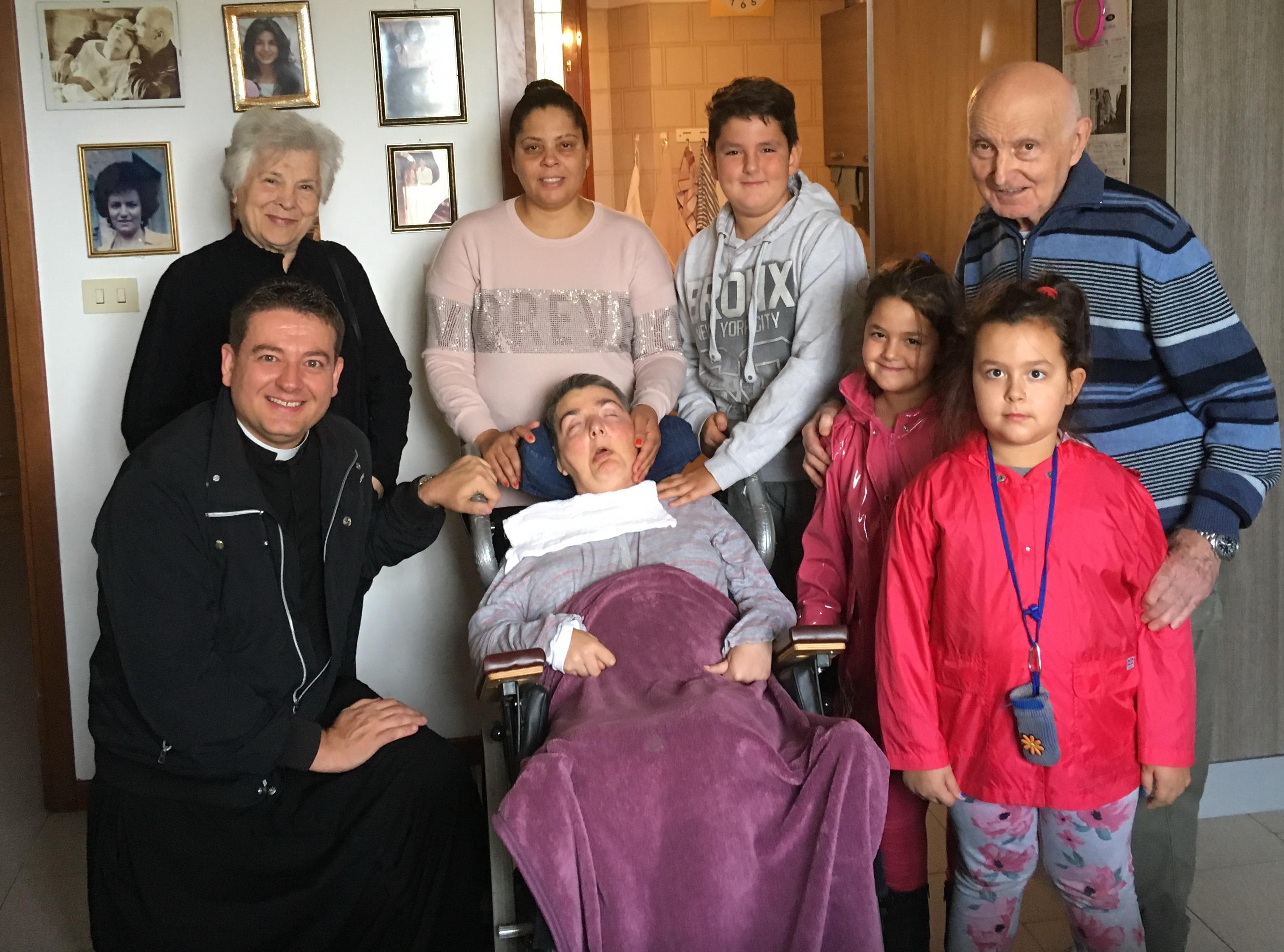Visita a CRISTINA Magrini di don Massimo Vacchetti nuovo Presidente della fondazione Gesù Divino Operaio che gestisce il Villaggio della Speranza di Villa Pallavicini dove vivono Cristina e il papà Romano. Con lui alcuni ragazzi del Villaggio.