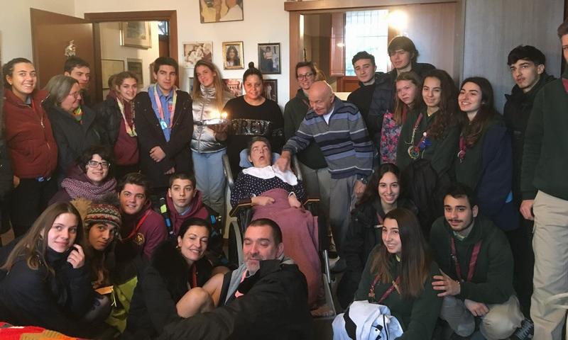 Un folto gruppo di Scout fanno gli auguri a Cristina